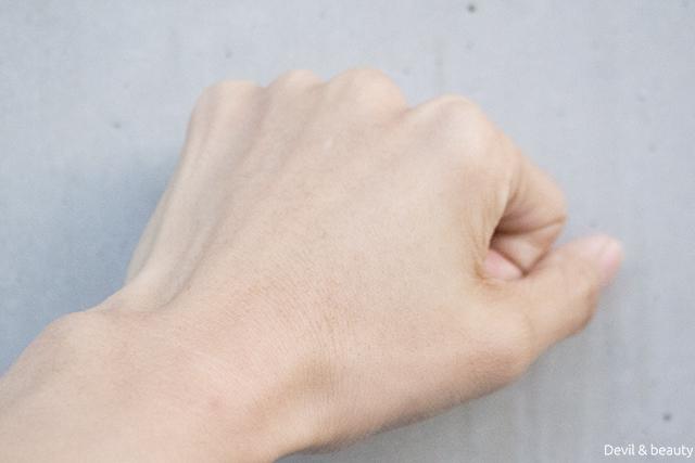before-use-yaman-medicated-whitening-foundation-hand - image